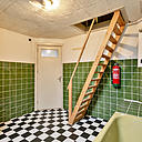 Royale bovenwoning met een woonoppervlakte van maar liefst 137 m² voor diegene die lekker veel ruimte zoekt, zelf handig is of voor de belegger die deze woning aanpast in 2 etages of naar kamerverhuur. Tot ziens op de Huissensestraat 57 te Arnhem.