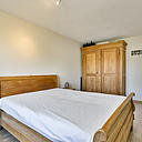 Wat een heerlijke woning is dit zeg! Veel licht en ruimte en een fraaie diepe tuin. Deze keurig bewoonde tussenwoning is gelegen in een geliefde straat in De Laar West. De woning heeft een speelse indeling, fraaie inbouwkeuken, 5 slaapkamers, mooie ruime badkamer, dakkapel en diepe, vrij gelegen, zonnige achtertuin (18 meter) grenzend aan een klein slootje. Deze tussenwoning is ideaal gelegen in een kindvriendelijke buurt, met veel groen- en speelvoorzieningen in de directe nabijheid. Kortom; zeker een bezoekje waard!