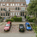 Wonen zoals vroeger met de luxe van nu? Dat kan zeker in het Boulevardkwartier, in een op een gewilde locatie in het centrum van Arnhem gelegen, karakteristieke, benedenwoning. De woning, gebouwd omstreeks 1875, is een beeldbepalend pand en gelegen in een rijksbeschermd stadsgezicht. De karakteristieke gevel en vele authentieke details zijn gespaard gebleven, o.a.: originele paneeldeuren en schuifdeuren, fraaie marmeren schouwen, kamer-en-suite indeling, chique entree en prachtige ornamentenplafonds. De woning verkeert in een zeer goede staat van onderhoud en geeft u bij binnenkomst een gegarandeerd gevoel van thuiskomen. Tot ziens op de Boulevard Heuvelink 163!