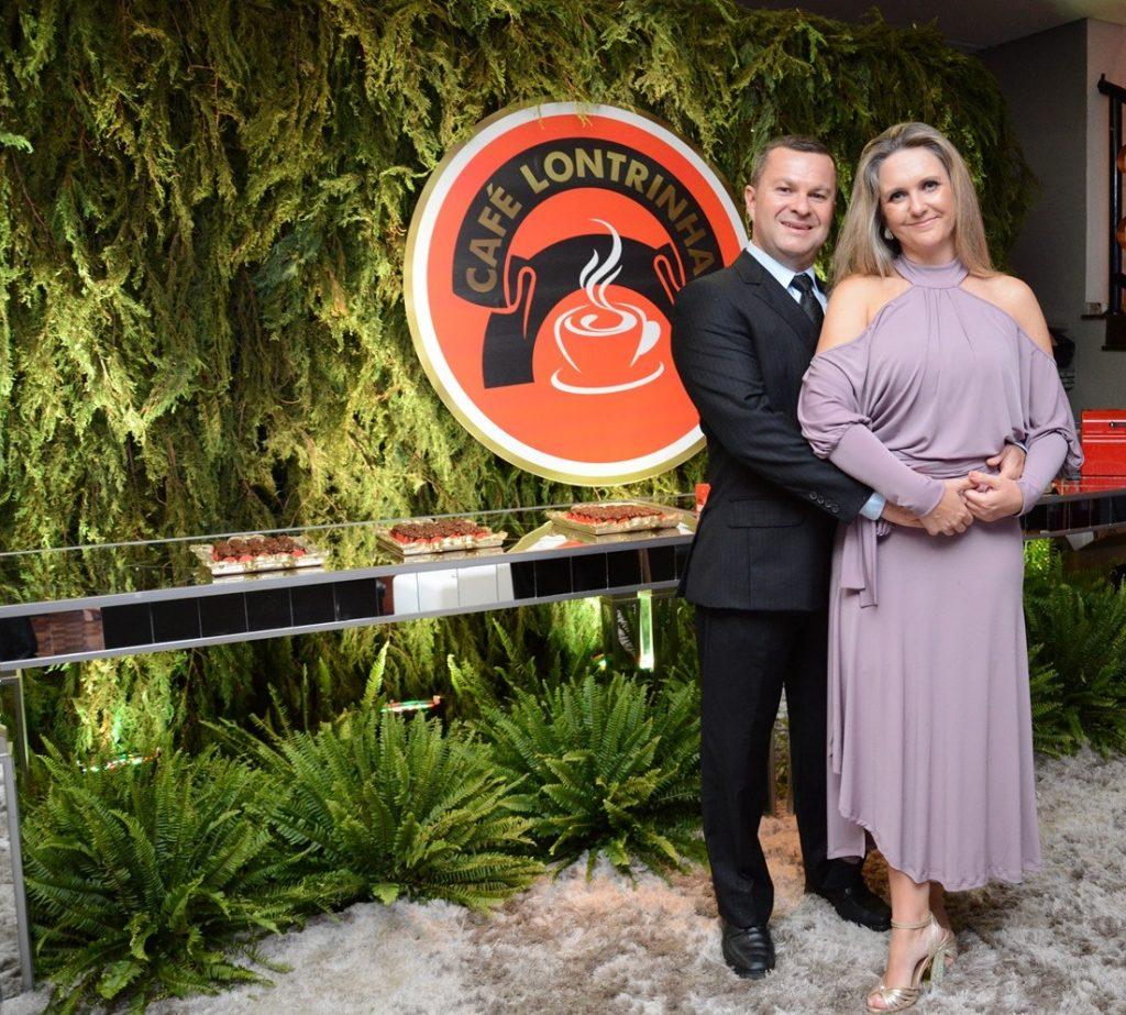 Lucio Pereira de Oliveira, diretor do Café Lontrinha, ao lado da esposa, Andrea Karpen.