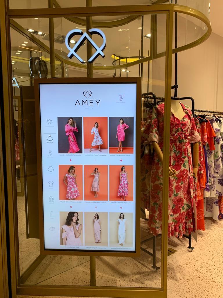 Catálogo virtual na vitrine da loja Amey no Shopping Mueller.
