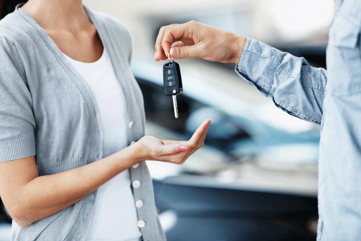 ¿Cuáles son algunos de los requisitos básicos para comprar un vehículo?