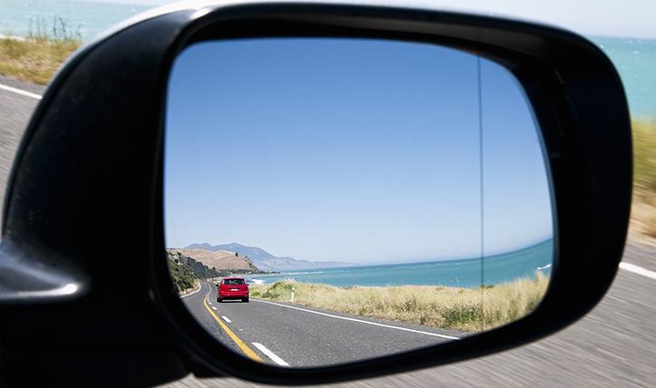 ¿Cómo alinear los espejos retrovisores correctamente?
