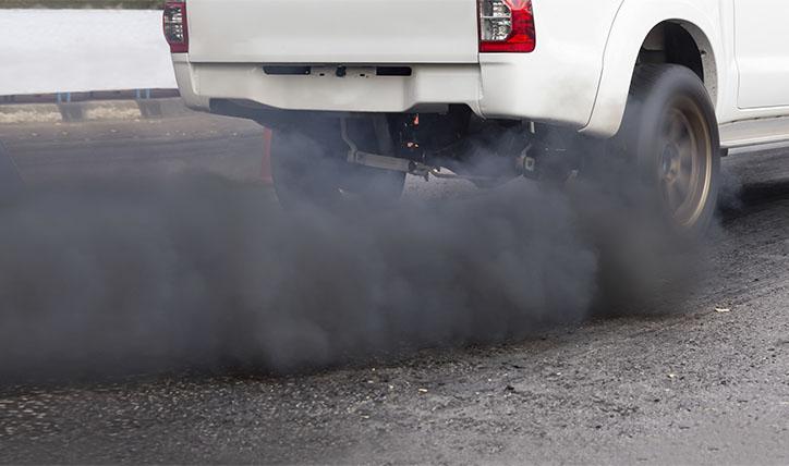 Qué significa el humo del auto