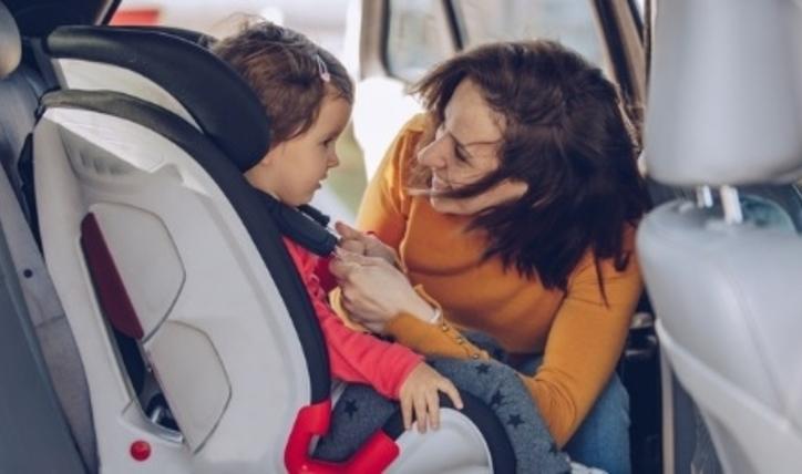 Aprende a colocar el asiento de bebé en el auto