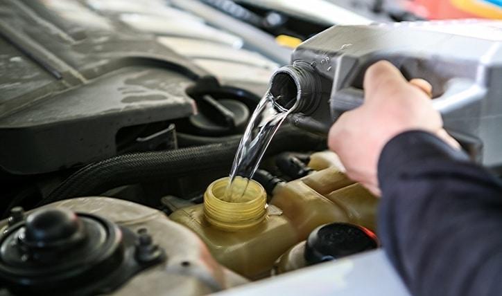 Cómo revisar el agua del auto