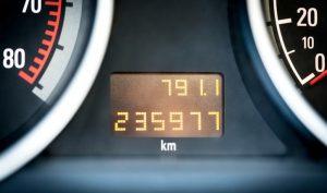 Cómo saber el año de un auto y su kilometraje