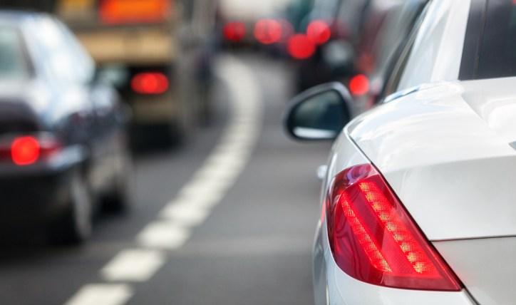 Cuándo usar luces intermitentes de emergencia en un auto