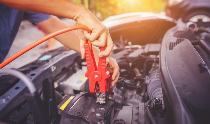 ¿Por qué se descarga una batería de auto?