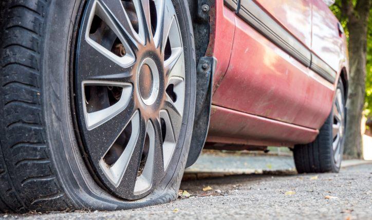 4 signos de que tienes un neumático pinchado