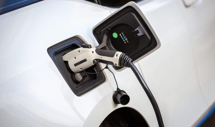 Cómo se recargan los autos eléctricos o híbridos enchufables