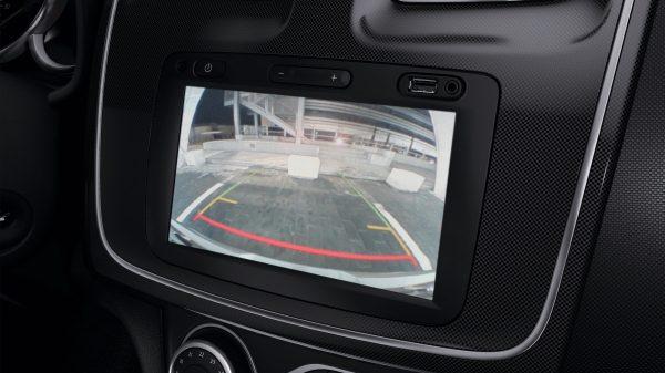 Renault Symbol, Control de distancia de estacionamiento trasera y cámara de reversa ¡Conduce con tranquilidad! La asistencia de estacionamiento trasera* de Renault SYMBOL emite señales sonoras para indicarte sobre obstáculos cercanos. Para mayor comodidad y seguridad, puedes combinar esto con una cámara de reversa.*  *Según la versión.