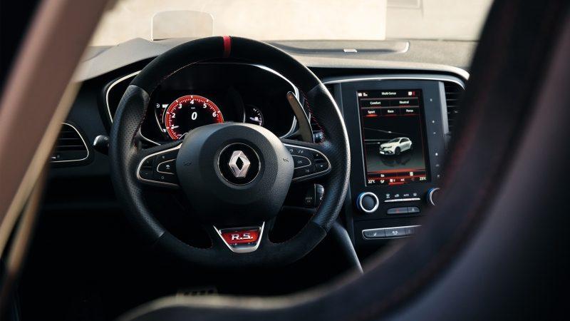 Renault Nuevo Megane RS, Un nuevo interior deportivo Tablero deportivo, techo negro con toques rojos: El nuevo MEGANE R.S. demuestra su carácter. Entra en una nueva dimensión deportiva con asientos que ofrecen soporte perfecto, volante específico con mandos integrados y una unidad de pedal en aluminio.