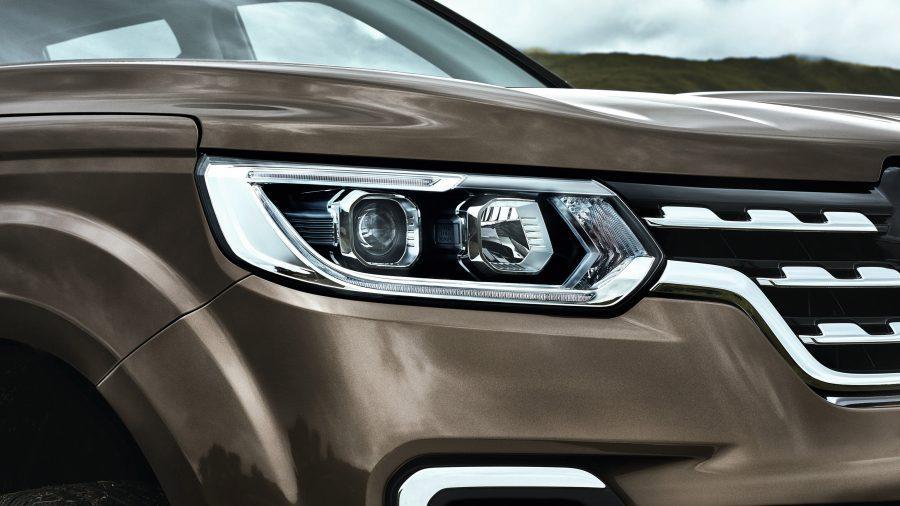 Renault ALASKAN, Distintivos focos delanteros.