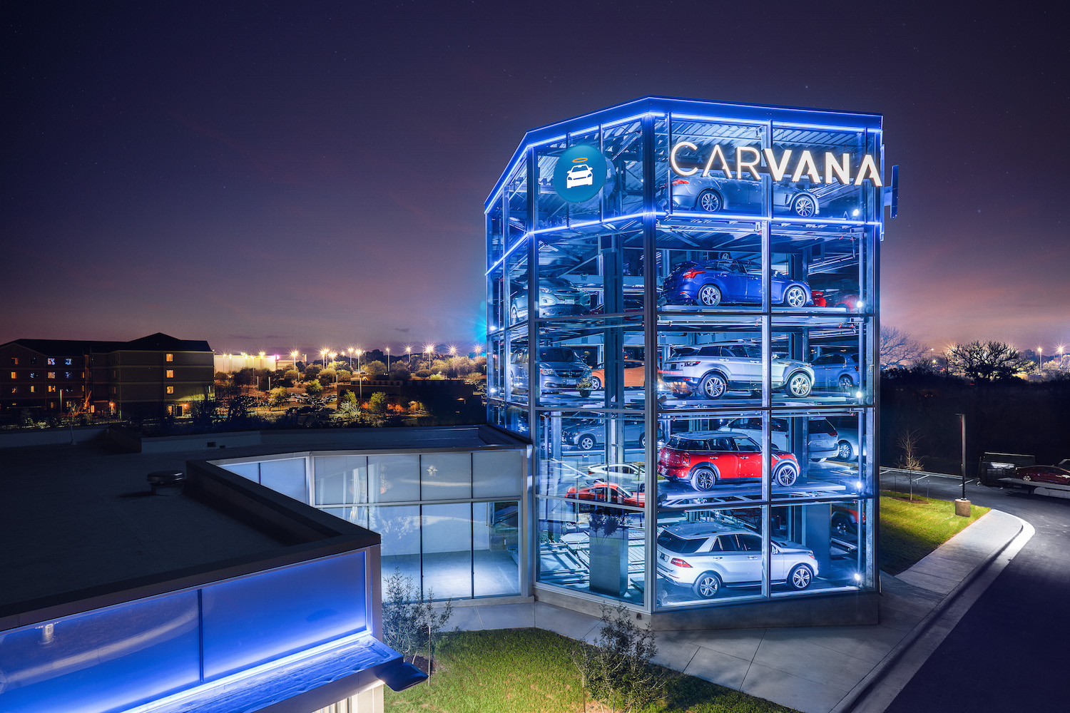 hate car dealerships try carvana s 8 story tall car vending machine. Black Bedroom Furniture Sets. Home Design Ideas