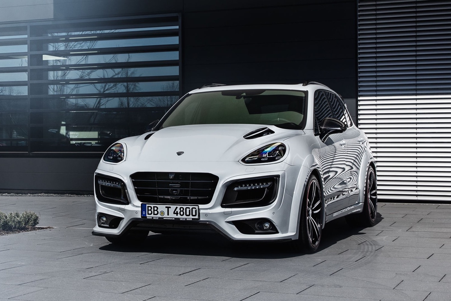 Cayenne Turbo S : so what if it s an suv with 720 hp this tuned cayenne turbo s is no slouch ~ Medecine-chirurgie-esthetiques.com Avis de Voitures