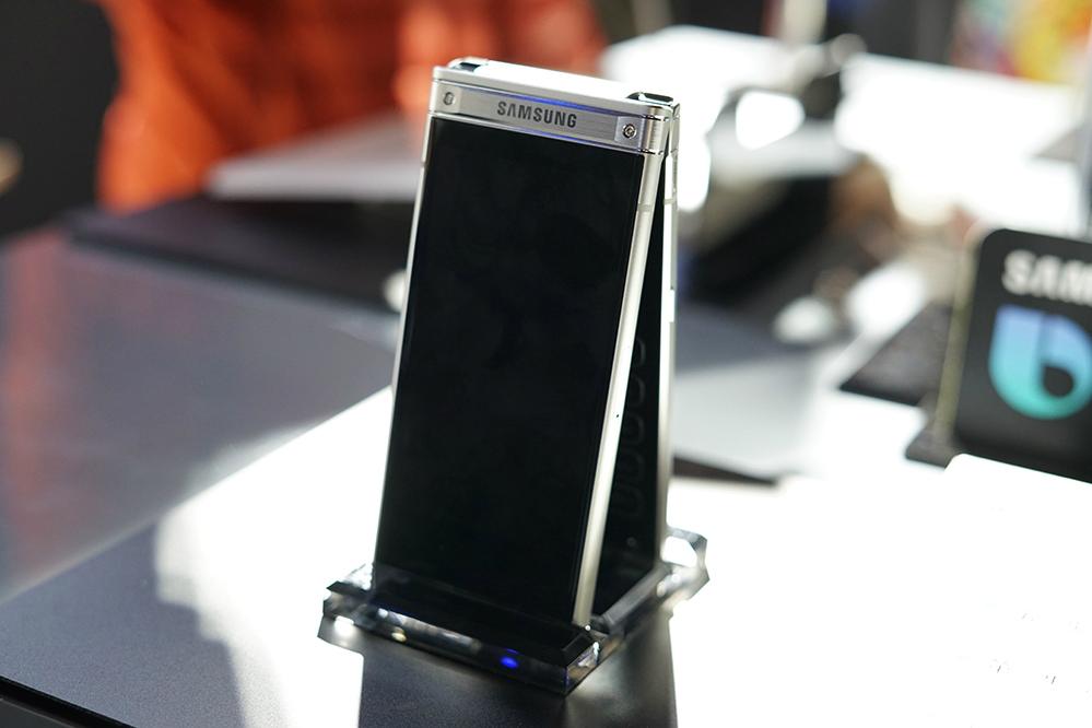 Samsung S W2018 Combines The Best Features Of Smartphones