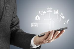 Homem de negocios mexendo com marketing digital imobiliario