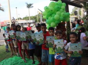 """No stand FNBF crianças se divertem com o """"Jogo do Manejo e gibi """"Floresta em pé"""""""