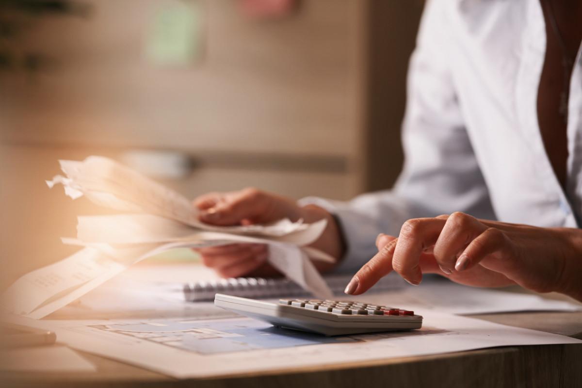 imagem de uma mulher usando calculadora e fazendo contas_artigo 03