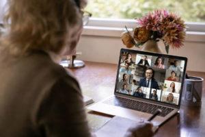 foto mulher assistindo uma reunião de condominio virtual