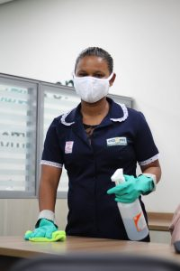 mulher-limpeza-balcao