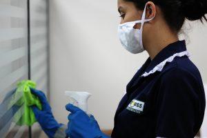 mulher-limpeza-vidro