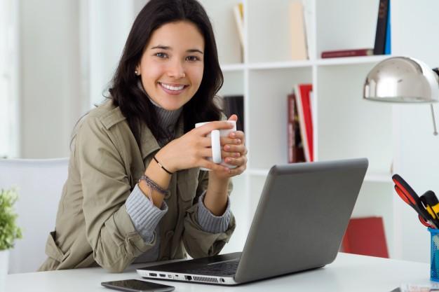 bela-jovem-usando-seu-laptop-em-casa_1301-6970