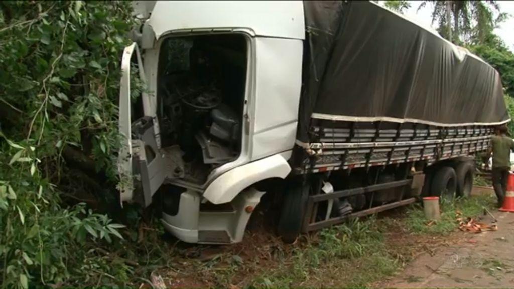 O caminhão com placas de Itapui-SP, saiu da pista e bateu contra uma árvore.