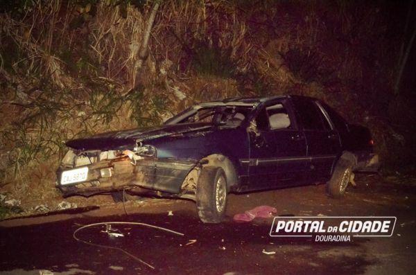O carro ficou bastante danificado. (Fotos: Você Repórter/Portal da Cidade)