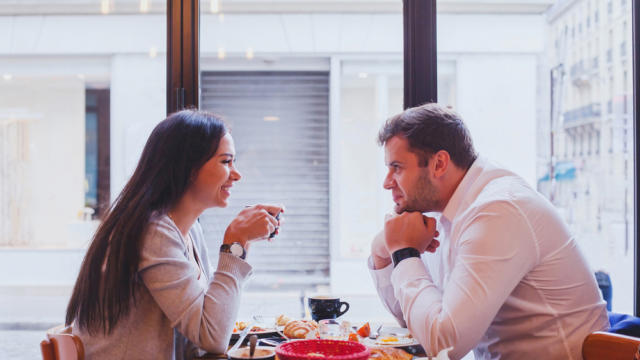 5 Non-Verbal Signals Your Date Likes You