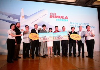 Shell Rimula Global Brand Manager Seow Lee Ming (L), Global B2B GM Steve Riendl (2nd L), Shell Lubricants GM - SEA Troy Chapman (2nd R) and GM Msia-Sing Leslie Ng with global contest winners