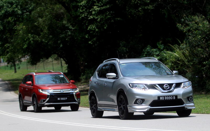 Nissan X-Trail 2.5L Impul edition and Mitsubishi Outlander (red) - 07