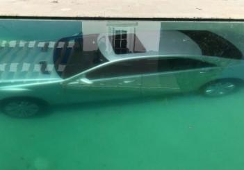 Guy Gentile_Mercedes in pool (2)