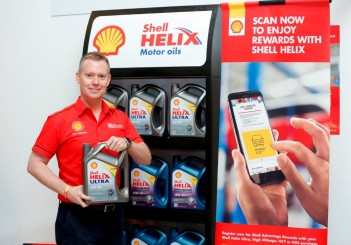 Shell Lubricants Exec Dir Troy Chapman with the new Shell Helix pack and SHARE-1024x731