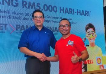 Shell Menang RM5,000 Hari-Hari - 05 BonusLink general manager Victor Goon (L) and Shell Malaysia Trading and Shell Timur managing director Shairan Huzani Husain