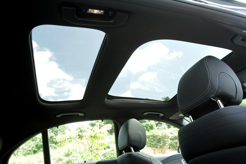 Panoramic sliding roof on the Mercedes-Benz E 350 e.