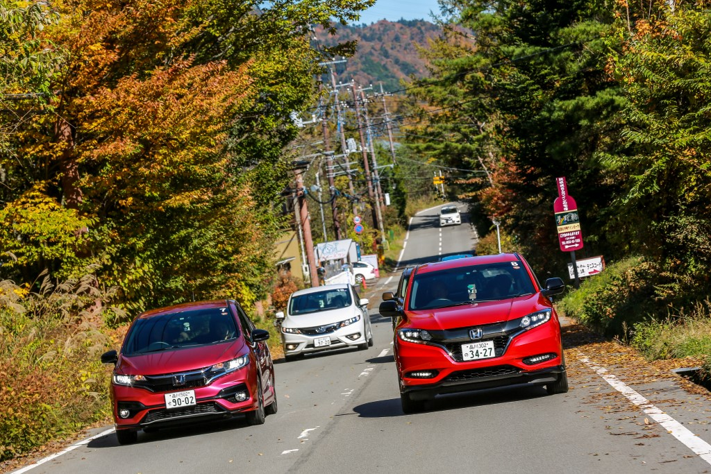 Test drive of Honda cars with the Sport Hybrid i-DCD powertrain; the Honda Fit (Jazz equivalent here) on the left and Vezel (HR-V equivalent here) leading the convoy.