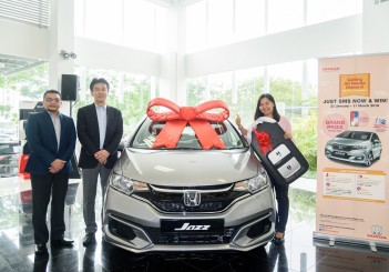 Honda SMS and WIN contest - 01 with (L-R) Honda Malaysia  president and COO Roslan Abdullah, MD and CEO Toichi Ishiyama and Honda Jazz 1.5 winner Hasmawati Hussin