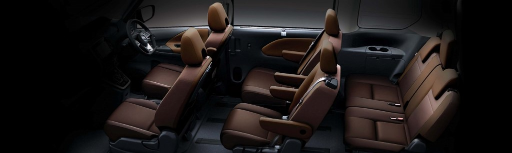 Combination leather seats (two-tone Truffle Brown/Chestnut).