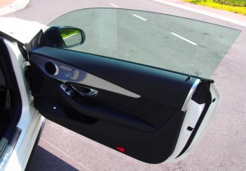 Frameless windows typical of coupe