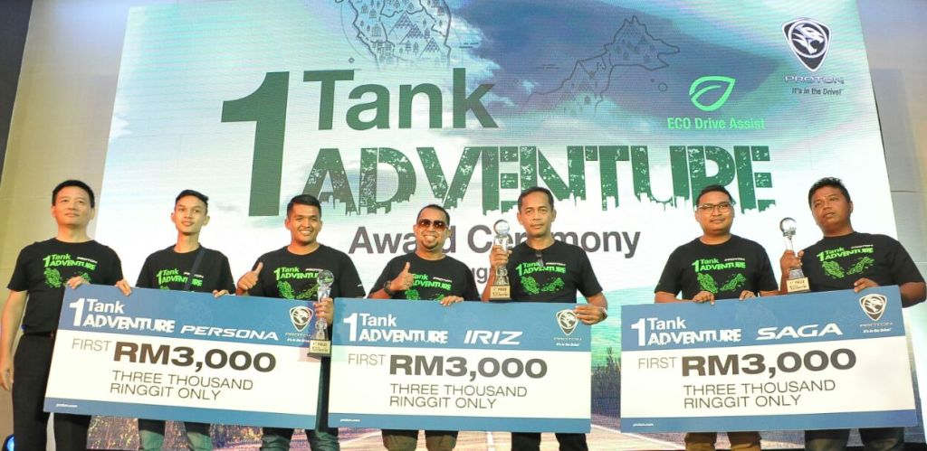 Dr Li (left) with the winners of the 1 Tank Adventure public category.