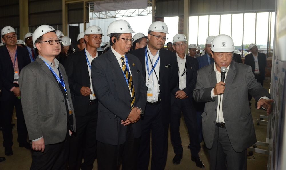 Encik Muhammad Aris Bin Anuar, Director of Manufacturing PROTON briefing the guests.