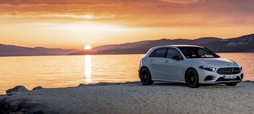 Mercedes-Benz A180 d AMG Line, digitalweiß /Leder zweifarbig classicrot/schwarz. Kraftstoffverbrauch kombiniert: 4,5-4,1 l/100 km CO2-Emissionen kombiniert: 118-108 g/km // Mercedes-Benz A180 d AMG Line, digital white / Leather two-tone classic red/black Fuel consumption combined: 4,5-4,1 l/100 km combined CO2 emissions: 118-108 g/km