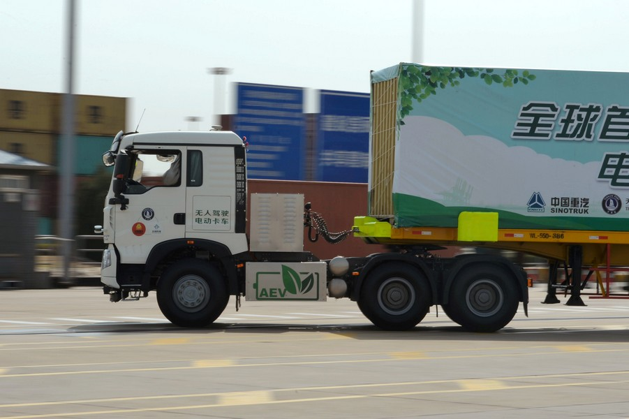 An autonomous electric truck jointly developed by Tianjin Port, Sinotruck and TrunkTech moves a container during a trial operation at a port in Tianjin, China April 12, 2018. Picture taken April 12, 2018. REUTERS/Stringer ATTENTION EDITORS - THIS IMAGE WAS PROVIDED BY A THIRD PARTY. CHINA OUT.