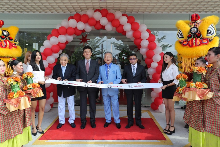 01 Management of Honda Malaysia and Yong Ming Motor Sdn Bhd at the ribbon cutting ceremony of the new Honda 3S Centre