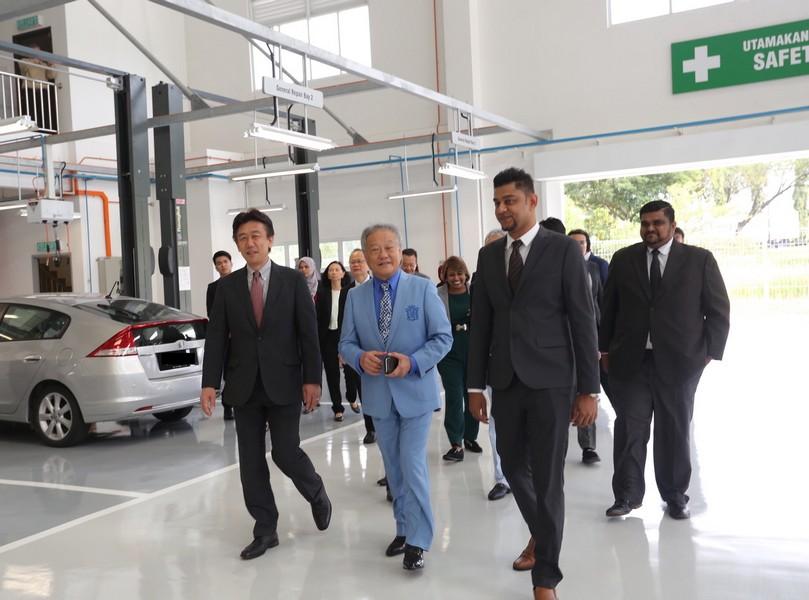 07 Honda Malaysia MD and CEO Mr Toichi Ishiyama and Yong Ming Motor Sdn Bhd Chairman and MD Mr Alan Cheng touring the new Honda 3S Centre in Pasir Gudang