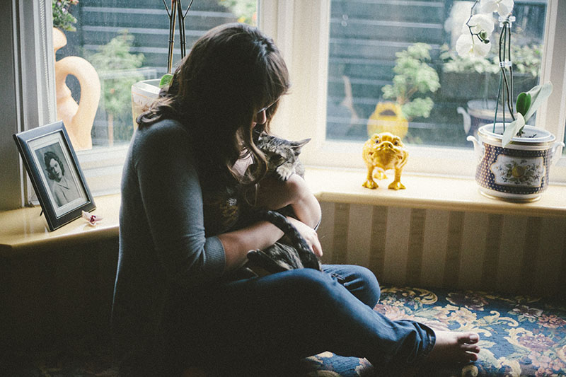 elise-xavier-playing-with-cat-sammy-kitty-cuddles
