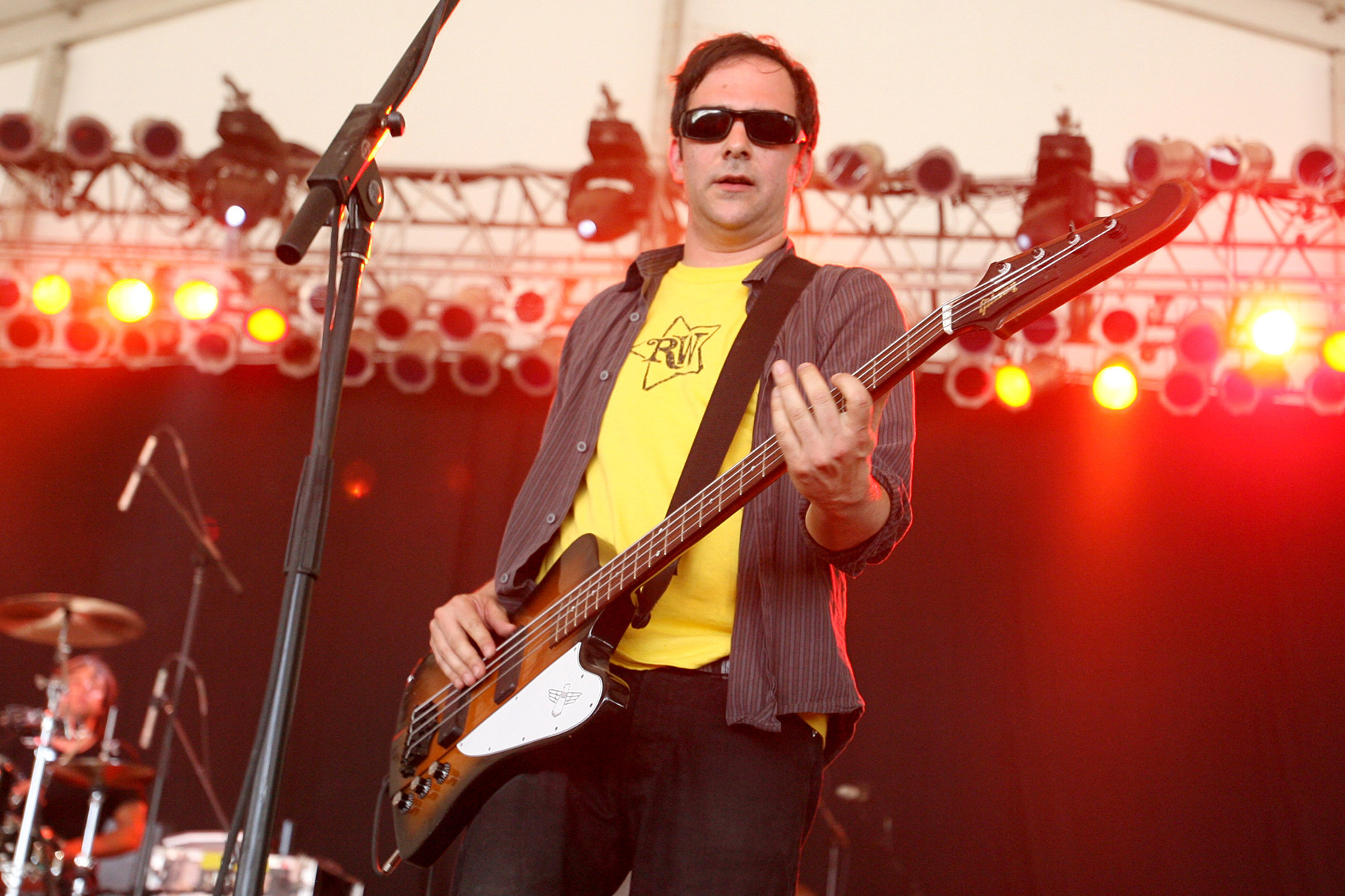 Adam Schlesinger playing bass while performing with Fountains of Wayne.