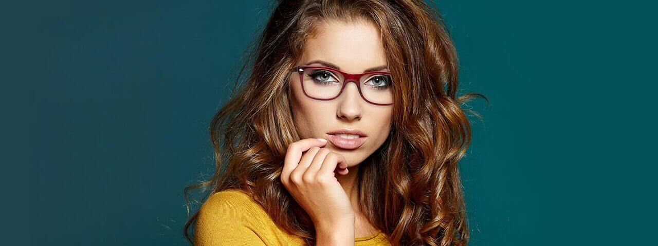 woman with ray-ban glasses